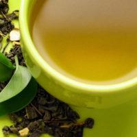 Infuso e foglie di tè verde