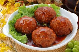 """Polpette """"testa di leone"""", specialità della cucina cinese Huaiyang."""