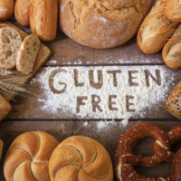 Dieta senza glutine - pane di vari tipi sulla tavola