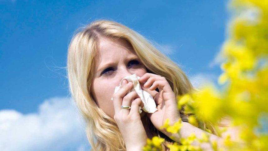 pollinosi - ragazza allergica ai pollini che si soffia il naso