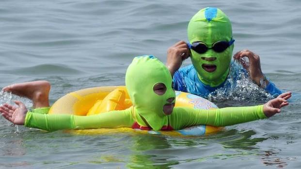 Abbronzatura in Cina: bambino con facekini