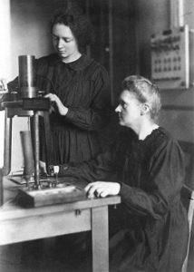 Foto d'epoca Marie ed Irene Curie in laboratorio