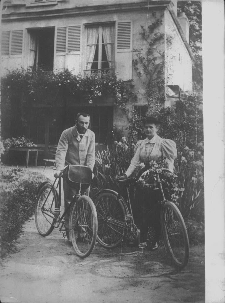 Marie Curie insieme al marito nella loro casa a Sceaux, prima di partire per il viaggio di nozze in bicicletta, 1895 (Archivio Rcs)