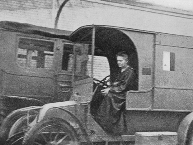 Foto d'epoca Marie Curie alla guida di un'unità mobile di radiologia nel 1917